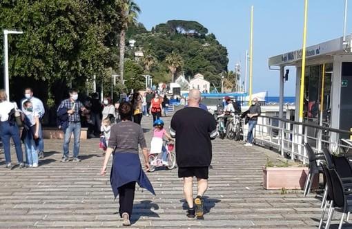 Albisola, il sindaco firma una nuova ordinanza: sì al bagno in mare e alla passeggiata in spiaggia, vietato lo stazionamento