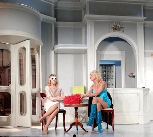 """Il grande cast di """"Se devi dire una bugia dilla grossa""""  è arrivato al Festival di Verezzi"""