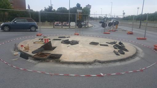 Albenga: proseguono i lavori di miglioramento della rotonda su Viale Martiri della Foce