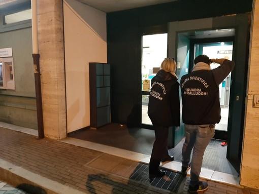 Rapinatori in maschera assaltano la filiale Carige di Legino: impiegati e clienti rinchiusi nello sgabuzzino (FOTO)