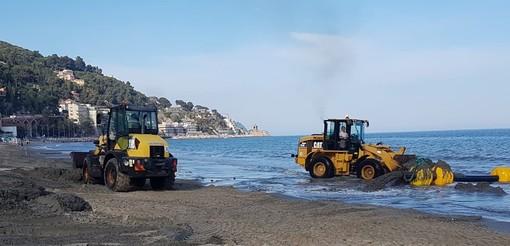 Ripascimento del litorale di Alassio: la chiatta pompa sabbia sulla spiaggia (FOTO e VIDEO)