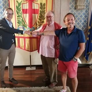 Edoardo Raspelli ad Albenga: una visita tra prodotti enogastronomici e il famoso piatto blu (FOTO)