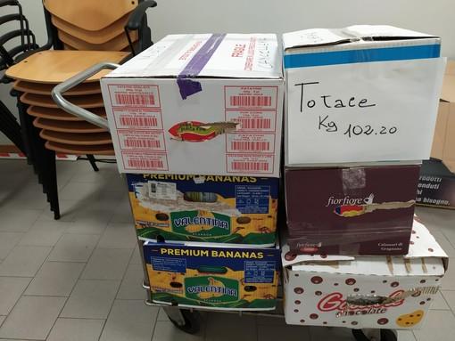 """Finale, Coop e Consulta del Volontariato insieme per il """"Dona la spesa"""": raccolti oltre cento chili di materiale di cancelleria"""