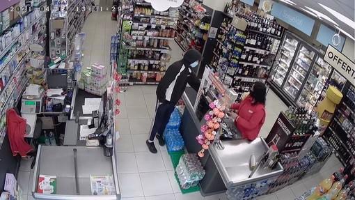"""""""Dammi i soldi della cassa!"""": giovane tenta di rapinare un supermarket a Cairo"""