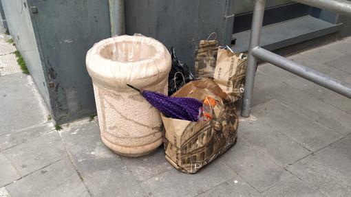Finale, cestini gettacarte trasformati in bidoni dell'indifferenziata (FOTO)