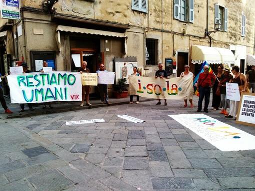 Albenga, manifestazione in piazza per schierarsi con Carola Rackete