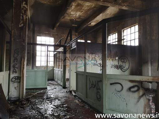 Pietra, fuoco negli ex cantieri: le immagini dall'interno (FOTO e VIDEO)