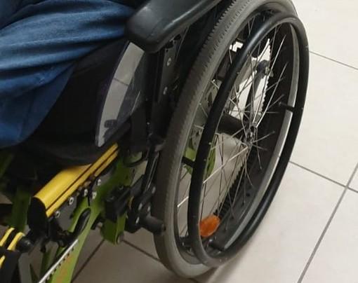 """Finale Ligure: """"Mio figlio disabile ha urgente bisogno di una sedia a rotelle nuova adeguata alla sua scoliosi"""""""