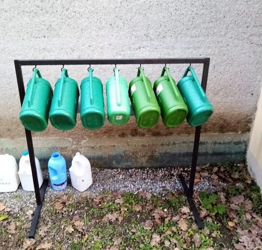 Piana, rastrelliere con piccoli innaffiatoi posizionate nei cimiteri comunali