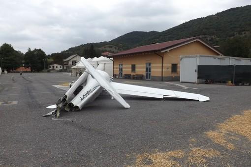 I resti dell'aereo in un parcheggio a Bardineto