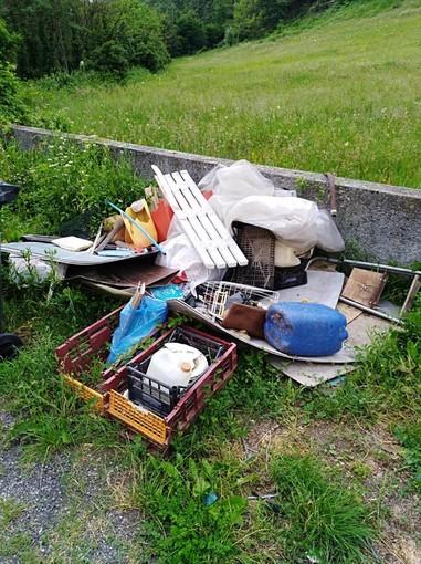 Dego, rifiuti abbandonati in località Valla: il comune minaccia seri provvedimenti