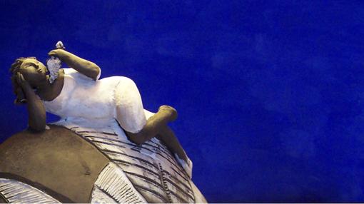 Manuela Incorvaia, Donna nel Vento, scultura in ceramica.