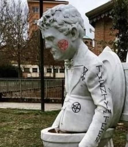 """Vandalizzata la statua in memoria di """"Freak"""" Antoni realizzata dallo scultore albenganese Daniele Rossi"""