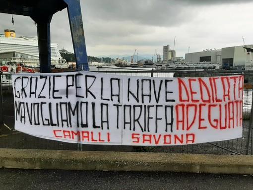 """Inaugurazione Eco Savona, lo striscione dei """"camalli"""": """"Grazie per la nave dedicata ma vogliamo la tariffa adeguata"""""""