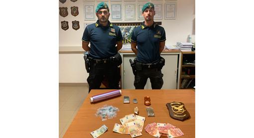 Savona, trovato in possesso di diverse dosi di hashish e di 300 euro in contanti: 21enne arrestato dalla Guardia di Finanza