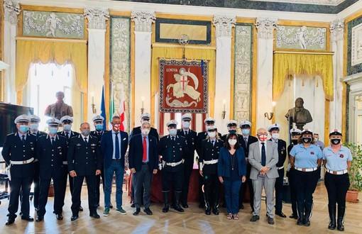 Sonia Viale consegna le mostrine agli agenti della Polizia locale di Genova per i servizi svolti durante l'emergenza del ponte Morandi