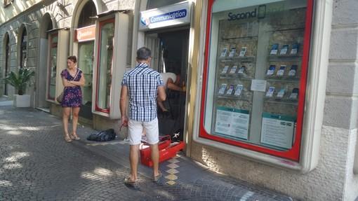 Albenga, seconda spaccata in meno di un mese al negozio Vodafone FT Communication