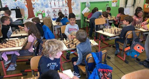 Gli scacchi sono sport, disciplina, allenamento mentale e arte: impariamoli a scuola a Finale Ligure