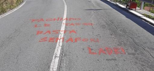 """Stella, statale da oltre un anno in attesa di sistemazioni. Sulla 334 ora la protesta è scritta sull'asfalto: """"Paghiamo le tasse, basta semafori"""""""