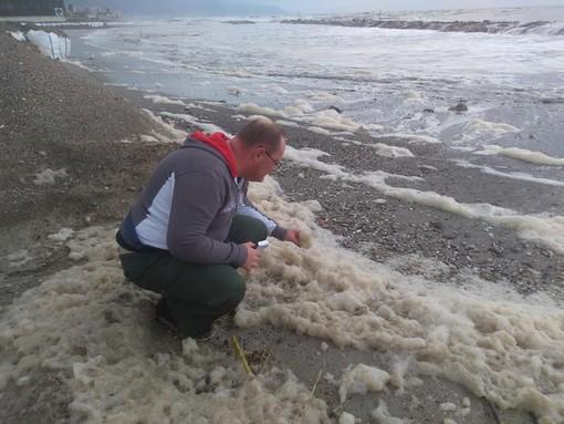 La vigilanza ambientale AISA individua masse di schiuma in mare a Ceriale, Borghetto e Loano (FOTO)
