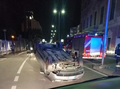 Savona, auto si cappotta in via Nizza: due anziani feriti