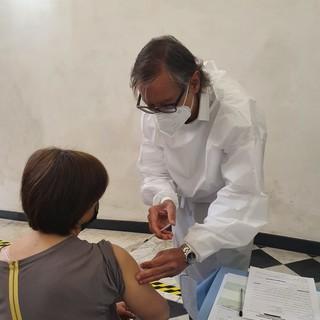 Albenga, riprendono le vaccinazioni al San Carlo: tra i medici anche il sindaco Tomatis