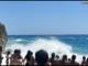 Finale, padre e figlio si tuffano in mare con la bandiera rossa ma il bimbo non riesce a tornare a riva: salvato da un bagnante e da un poliziotto (VIDEO)
