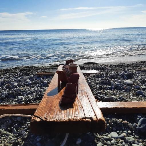 Una zattera e le scarpette rosse che navigano sul mare di Celle: l'iniziativa dei ceramisti cellesi (FOTO e VIDEO)