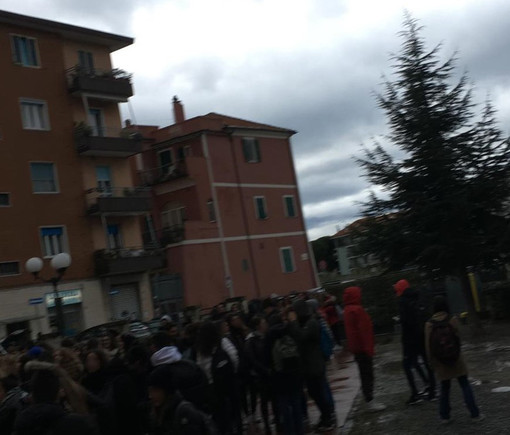 """Sezione Classica del """"Bruno"""" di Albenga: aule fredde, studenti in piazza"""