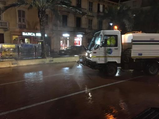 Albenga, sanificate strade e aree pubbliche (FOTO)