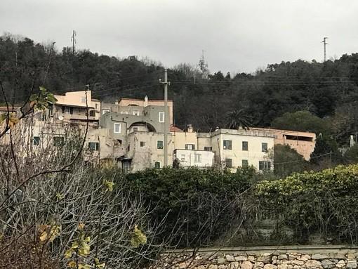 """La società """"Concordia"""" pulisce l'isola ecologica di Verezzi"""