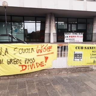 """Savona, protesta sotto la Provincia del personale scolastico contro il Green Pass: """"Ha delle contraddizioni e discrimina alcuni lavoratori"""" (FOTO e VIDEO)"""