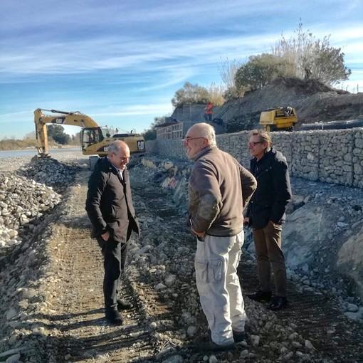 Albenga, messa in sicurezza del torrente Arroscia nella zona di Lusignano: sopralluogo del primo cittadino Cangiano e del vice sindaco Tomatis