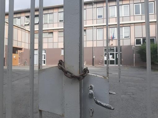 Scuola chiusa per sciopero contro il Green Pass: la sorpresa in piazzale Moroni a Savona nel primo giorno di lezioni