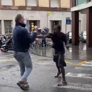 Savona, in escandescenza si scaglia contro gli agenti di polizia e ne ferisce uno