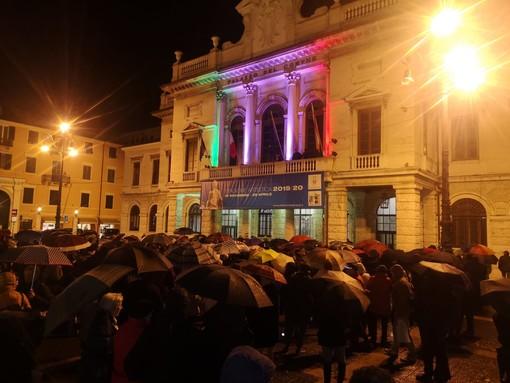 Savona, anche sotto la pioggia le sardine non mollano: musica e riflessioni in piazza Sisto (FOTO e VIDEO)