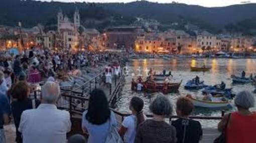 Laigueglia si prepara a salutare l'arrivo dal mare di Santa Maria Maddalena