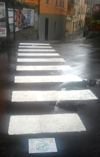 Varazze: i cittadini rifanno le strisce pedonali davanti alla scuola