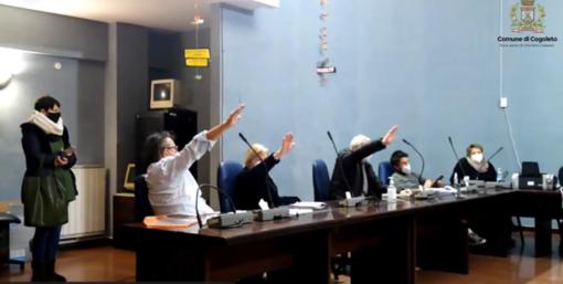 """Saluto romano in Consiglio comunale a Cogoleto nel Giorno della Memoria, il sindaco Bruzzone: """"Condanno questo gesto che non deve passare inosservato"""" (VIDEO)"""