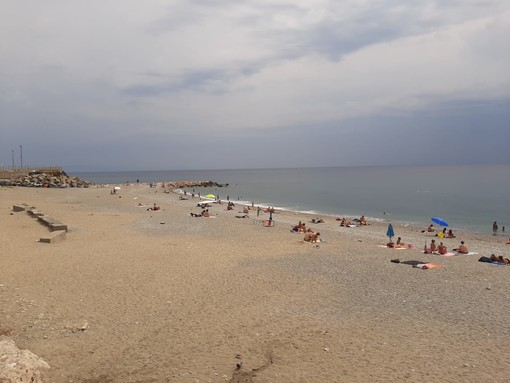 Tenta di avvelenarsi in spiaggia a Savona: ricoverato al San Paolo