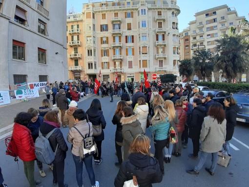 """Savona, sit-in dei lavoratori della scuola in piazza Saffi: """"Rischiamo una vera emergenza"""""""