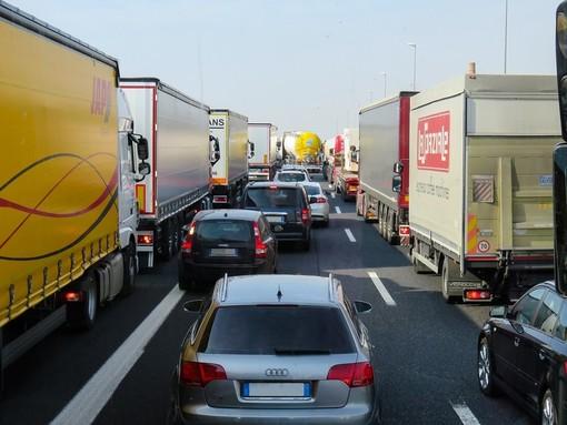 Autostrade: traffico intenso per lavori, code e rallentamenti su A10 e A26