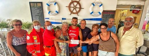 Finale, il gioco delle carte diventa beneficenza in uno stabilimento balneare: devoluta una donazione alla Croce Bianca