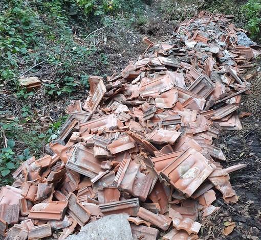 Cengio, abbandona rifiuti edili nel bosco: sanzionato dai carabinieri forestali
