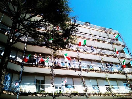 Un tripudio di bandiere tricolore per la visita della Croce Bianca e del sindaco alla clinica San Michele di Albenga (VIDEO)