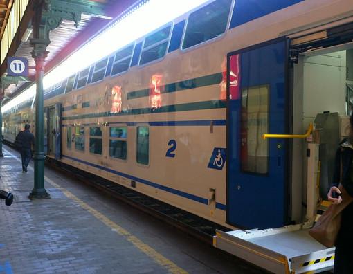 Savona, molesta ragazze sul treno diretto a Ventimiglia poi si scaglia contro gli agenti: arrestato