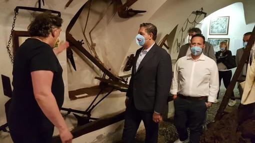 Il presidente Toti in una recente visita a Toirano
