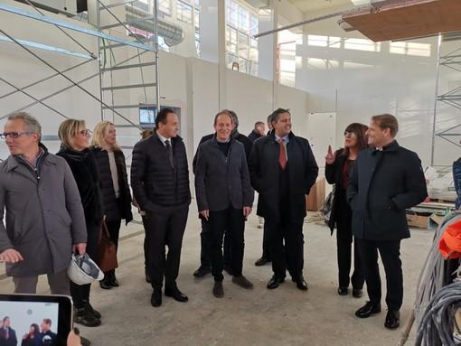 Andora, sopralluogo del presidente della Regione Toti nel cantiere della palestra e della mensa del plesso scolastico di via Cavour