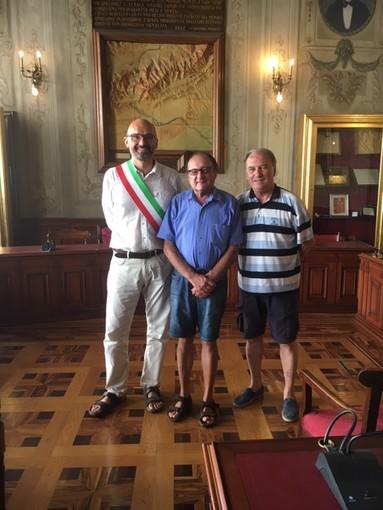 Finale, turista 'fedele' premiato dal sindaco Frascherelli (FOTO)
