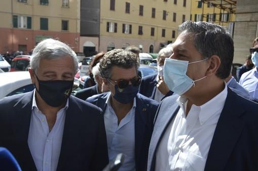 """Berlusconi ricoverato per Covid, Tajani e Toti: """"Attendiamo i bollettini medici, ma il Cavaliere è una 'pellaccia'"""""""